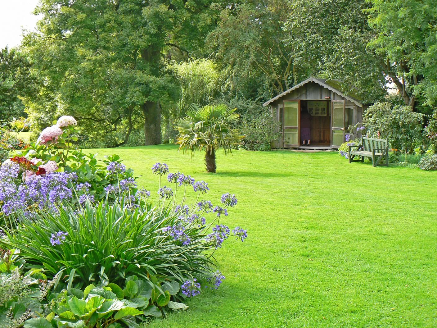 Garden lawn ideas lawn and hedge care for Beautiful garden layouts